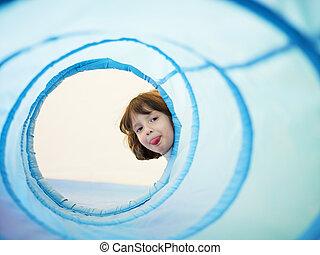klein meisje, in, kleuterschool, het tonen, tong
