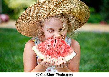 klein meisje, in, stro hoed, met, groot, plak van watermeloen, zittende , op, groen gras, in, zomer, park.