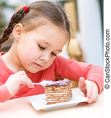 klein meisje, is, eetcake, in, salon
