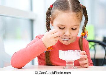 klein meisje, is, etende ijsje-room, in, salon