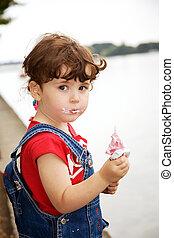 klein meisje, is, etende ijsje-room