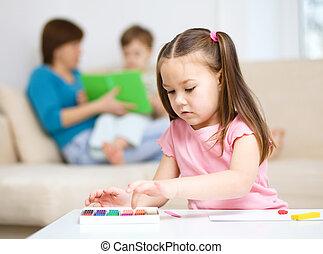 klein meisje, is, spelend, met, plasticine