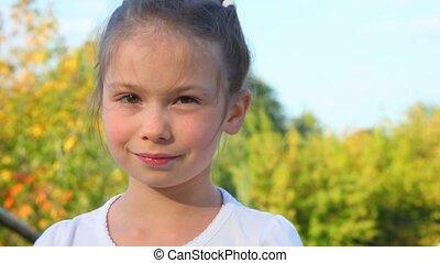 klein meisje, kijken naar van fototoestel, buiten