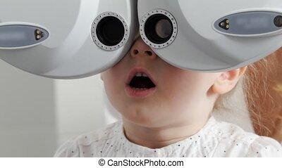 klein meisje, -, kliniek, op, oogheelkunde, afsluiten,...
