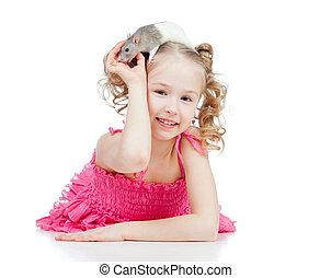 klein meisje, met, aanhalen, rat, op, haar, hoofd