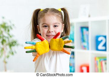 klein meisje, met, handen, in, verf , op, babykamer, achtergrond