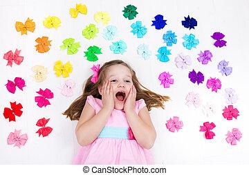 klein meisje, met, kleurrijke, bow., de toebehoren van het...