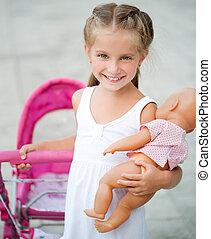 klein meisje, met, speelbal, wagen