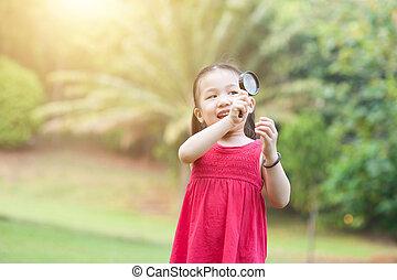 klein meisje, ontdekkingsreis, natuur, met, vergrootglas, glas, op, outdoors.