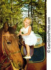 klein meisje, paardrijden, een, paarde, in, de, bos