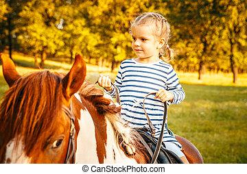klein meisje, paardrijden, een, paarde