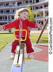 klein meisje, preschool, spelend, park, speelplaats