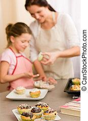 klein meisje, proeven, bestrooit, versiering, cupcake