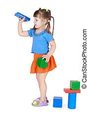 klein meisje, spelen met speelgoed, vrijstaand, op wit