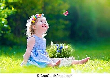klein meisje, spelend, met, een, vlinder