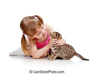 klein meisje, spelend, met, katje, vrijstaand, op wit, achtergrond