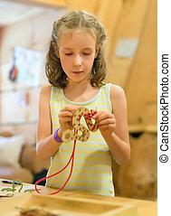 klein meisje, spelend, met, onderwijs, toy.