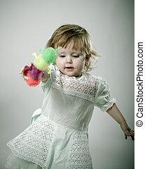 klein meisje, spelend, met, toys., vrijstaand, op, white.