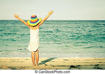 klein meisje, staan op het strand, op, de, dag timen
