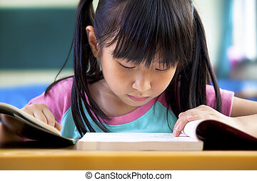 klein meisje, studerend , in, klaslokaal, op, school