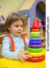 klein meisje, toneelstukken, in, kleuterschool, met, plastic, piramide