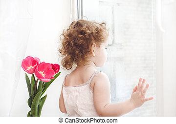 klein meisje, venster, uit kijkend