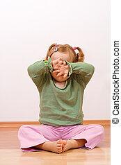 klein meisje, verbergen achter, haar, handen, -, copyspace