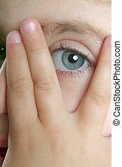 klein meisje, verbergen, haar, gezicht, met vingers