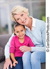 klein meisje, zittende , met, haar, grootmoeder