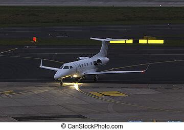 klein, passagierdüsenflugzeug, airplain, an, ein, flughafen, in, der, abend