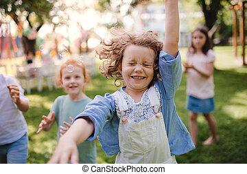 klein, playing., stehende , draußen, kinder, kleingarten, sommer