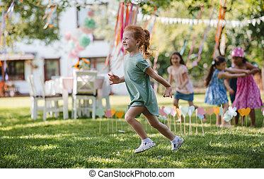 klein, rennender , playing., draußen, kinder, kleingarten, sommer
