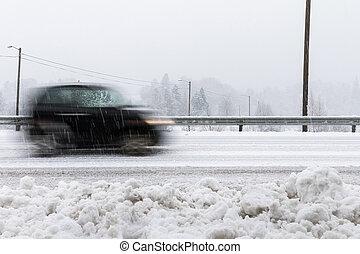 klein, schwarz, auto, bewegung, verwischen, straße, in, winterlandschaft, mit, verschneiter , weather.