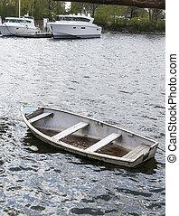 klein, untergehen boot, mit, wasser, innenseite