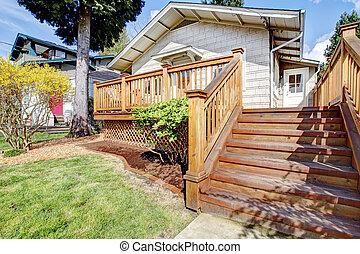 klein, weißes haus, mit, deck, und, steps.