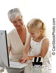 kleindochter, het verklaren, haar, grootmoeder, hoe, om te, gebruiken, een, computer