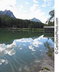 kleine, berg, wolken, meer, weerspiegelingen