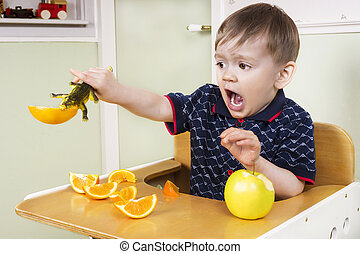 kleine, jongen, spelend, met, zijn, fruit