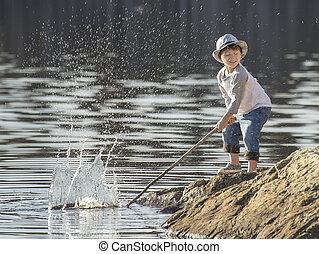 kleine, jongen, spelend, op, lake.