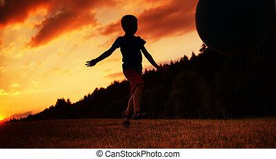 kleine, jongen, spelende bal, op, de, akker