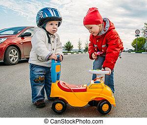 kleine kinder, spielen, auf, der, fahrbahn