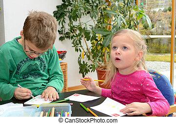kleine Kinder zeichnen - Zwei Kinder beim Zeichnen