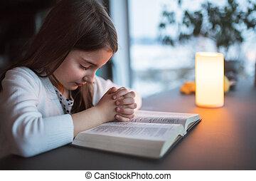 kleine, meisje, biddend, home.
