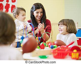 kleine meisjes, drie, kleuterschool, vrouwelijke leraar