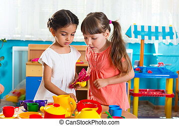 kleine meisjes, twee, kinderopvangcentrum, spelend
