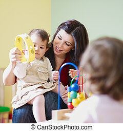 kleine meisjes, twee, kleuterschool, vrouwelijke leraar
