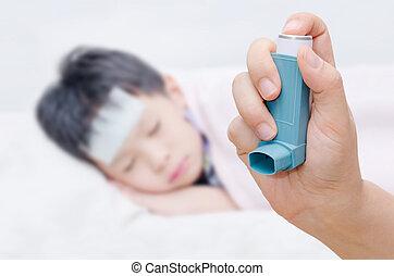 kleine mutter, besitz, krank, inhalationsapparat, asthma, junge, vordergrund
