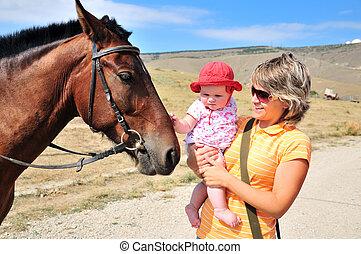 kleine mutter, pferd, töchterchen, habituating, sie
