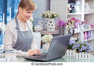 kleine onderneming, ondernemer, bloemist, in, haar, winkel