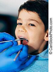 kleiner junge, an, regelmäßig, dentale nachuntersuchung